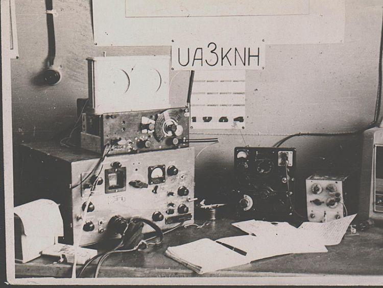 1964. UA3KNH, коллективка техникума эл. приборов.