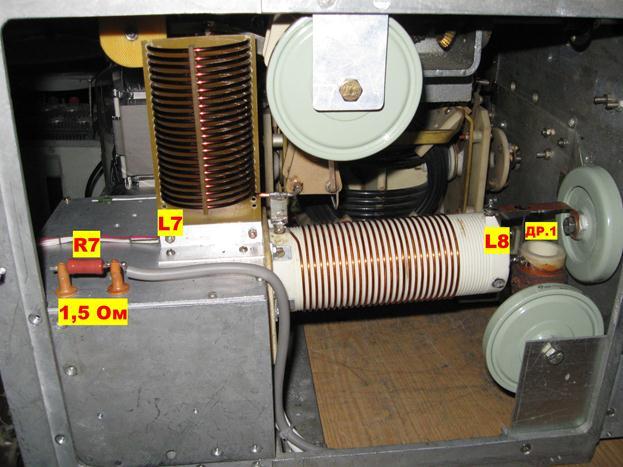 На задней панели усилителя, рядом с лампой ГУ-81М установлен вытяжной вентилятор 120 х 120 мм.