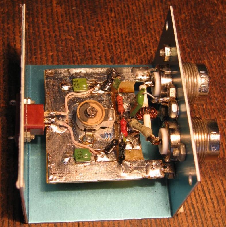 Он соединён с измерительным прибором трёхпроводным кабелем.  Такое исполнение измерителя КСВ часто удобнее...